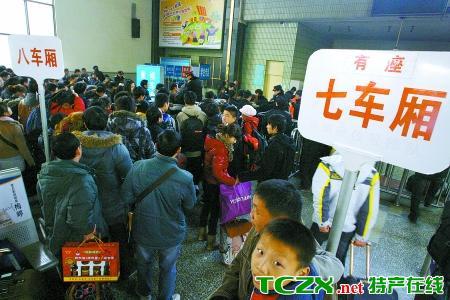河南:铁路难买3天内有座车票 出港航班全部客满